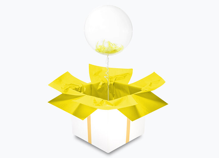 Transparentny balon z żółtymi piórkami