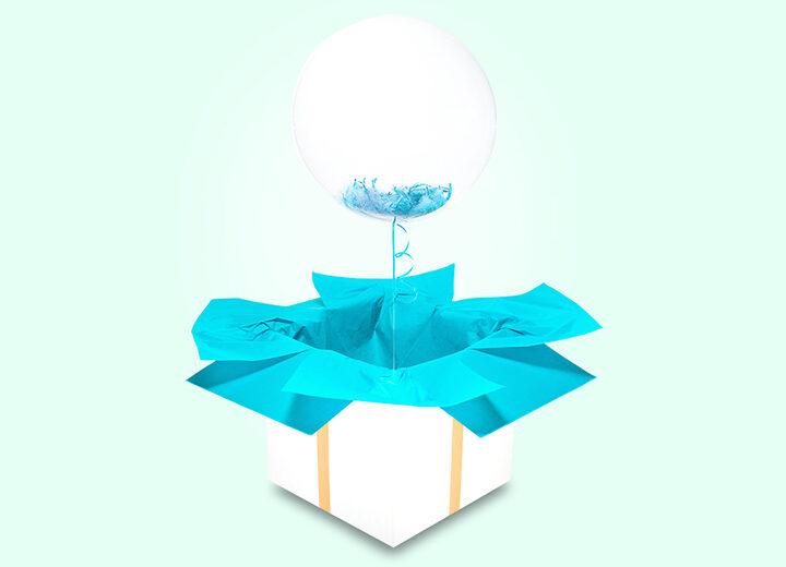 Transparentny balon z błękitnymi piórkami