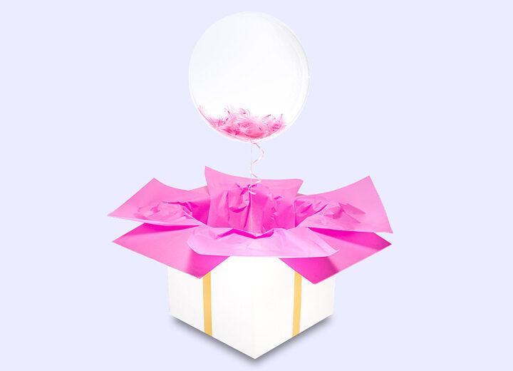 Transparentny balon z różowymi piórkami