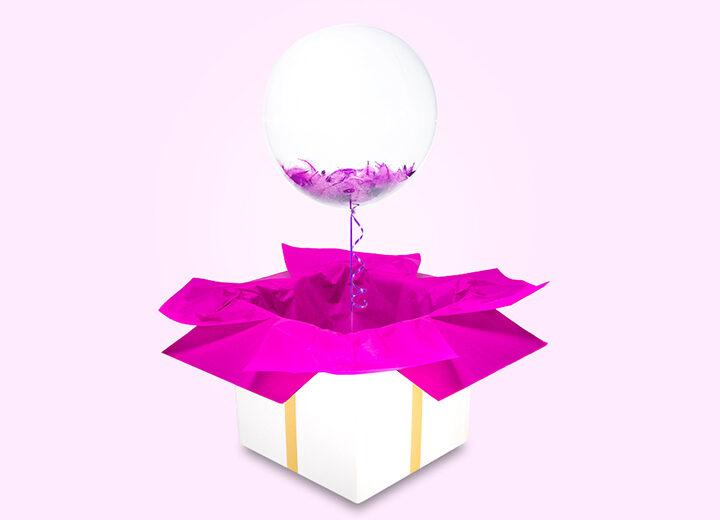 Transparentny balon z piórkami magenta