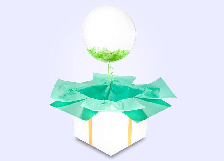 Transparentny balon z zielonymi piórkami