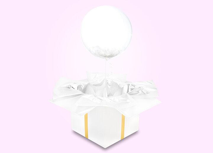 Transparentny balon z białymi piórkami